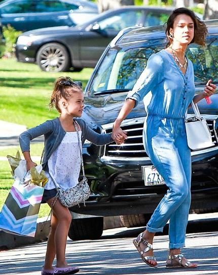 Jessia có hẹn với cô con gái cả, bé Honnor. Hai mẹ con Jessia tới dự sinh nhật của một người bạn.