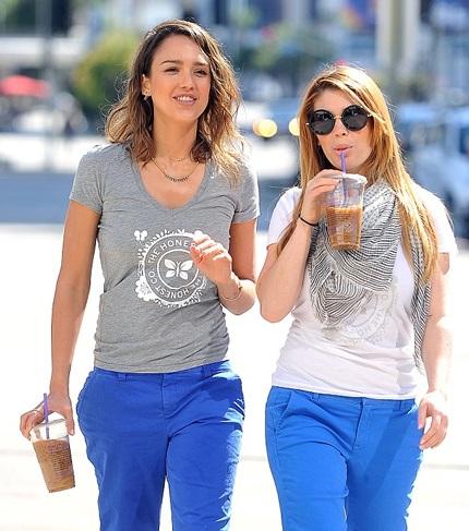 Jessia diện áo phông và quần kaki màu xanh đậm.