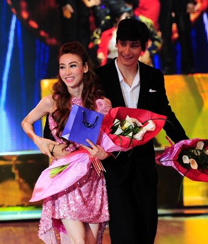 Phần trình diễn mở đầu chương trình của giám khảo Khánh Thi