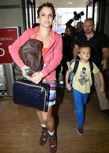 Trong một bức ảnh khác, Britney khoe ảnh đang thăm thú và trò chuyện với người bán hàng.