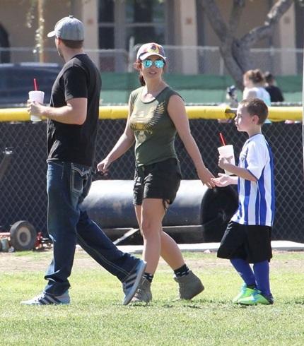 Britney lộ bắp chân thô và thân hình có phần thừa cân.