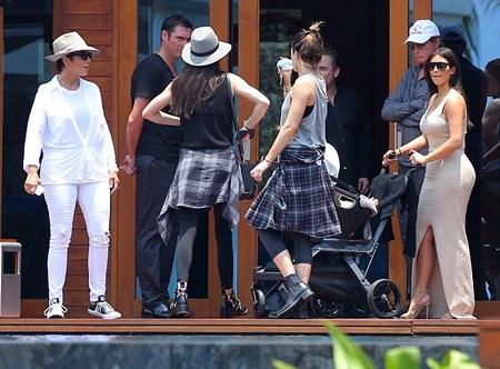 Bà mẹ trẻ Kim Kardashian diện chiếc váy cắt xẻ gợi cảm