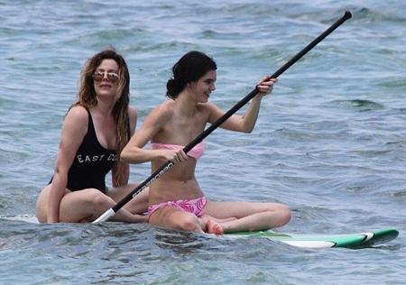 Các chị em của Kim cũng thích thú với chuyến nghỉ mát tại Thái Lan.