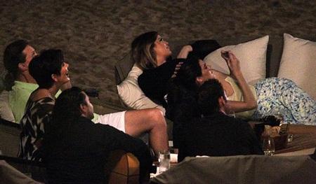 Kim cùng chị em gái thư giãn khi ăn tối ngoài bờ biển.