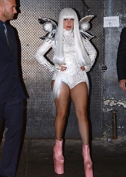 Tối 31/3, Lady Gaga ăn mặc kỳ dị khi tới một quán bar tiệc tùng cùng bạn bè.