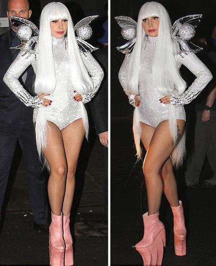Cô nàng mặc đồ trắng, đeo cánh thiên thần và đi một đôi giày rất kỳ dị.