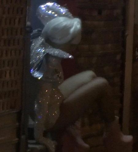 Đôi giày với thiết kế lạ mắt đã khiến Lady Gaga ngã bổ ngay tại cửa ra vào.