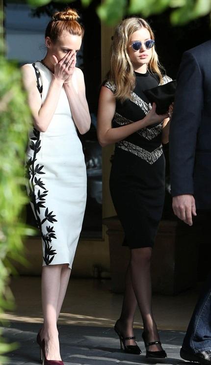 Lizzie (trái) và Georgia May Jagger tham dự tang lễ tại Hollywood, California