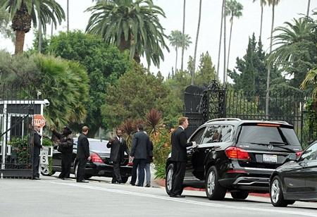Những chiếc xe hơi của người thân và bạn bè của L'Wren Scott tụ tập bên ngoài nghĩa trang.