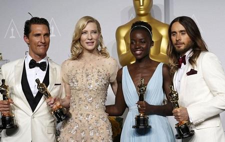 Cate chụp ảnh cùng với những đồng nghiệp chiến thắng tại lễ trao giải Oscar năm nay.