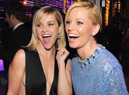 Reese Witherspoon cười vang cùng ngườiđồng nghiệp - Elizabeth Banks