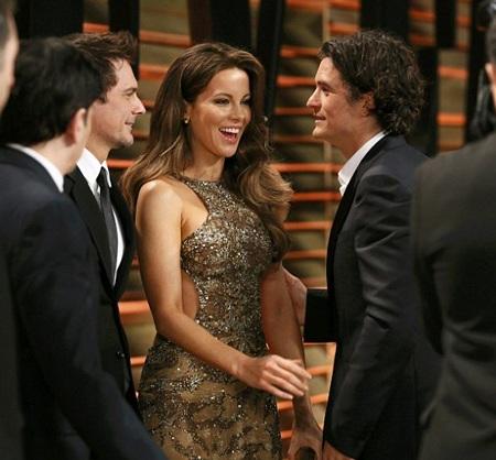 """Kate Beckinsale và """"ông xã"""" chào hỏi nam diễn viên Orlando Bloom"""