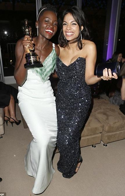 """Rosario Dawson chúc mừng thành công của """"viên ngọc đen"""" Lupita"""