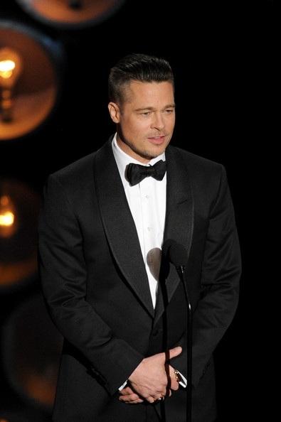 Brad Pitt thay mặt đoàn làm phim