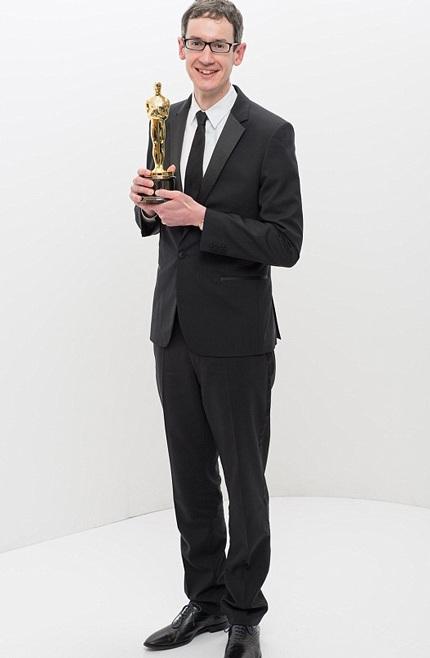 Steven Price rạng ngời khoe tượng vàng Oscar dành cho nhạc phim với bộ phim