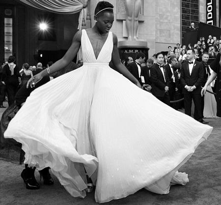Khoảnh khắc tuyệt đẹp của ngôi sao da màu Lupita Nyong'o trên thảm đỏ