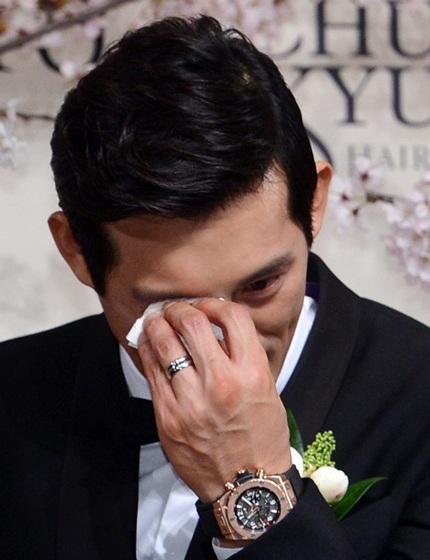 Oh Ji Ho nghẹn ngào vì xúc động trong ngày hạnh phúc.