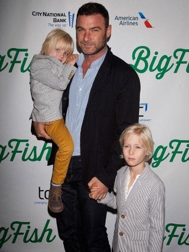 Cậu con trai Samuel thích thú khi được cha ruột - Jack Black cho ngồi trên cổ.