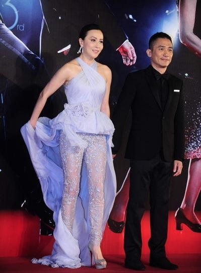 Lương Triều Vỹ tự hào dắt tay bà xã Lưu Gia Linh trên thảm đỏ.