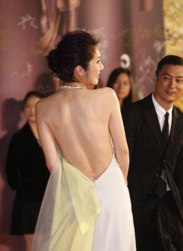 Gái một con Dương Thiên Hoan tự tinkhoe lưng trần quyến rũ