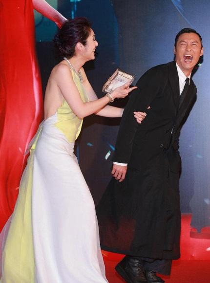 Dương Thiên Hoa đùa nghịch với bạn diễn trên thảm đỏ