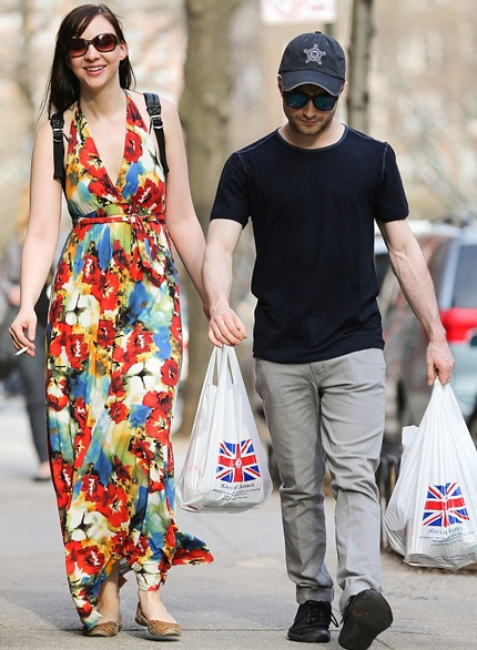 """""""Harry Porter"""" Daniel Radcliffe khoe bạn gái sau 2 năm bí mật hò hẹn"""