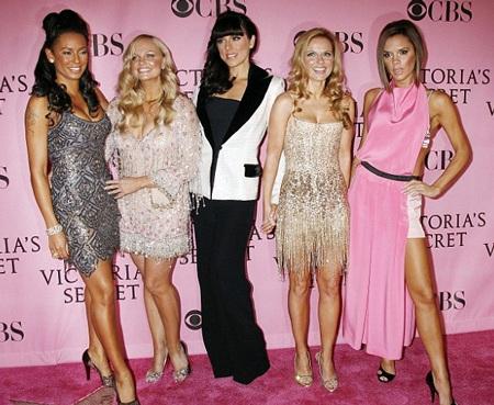 Victoria cùng những người chị em trong nhóm Spice Girls