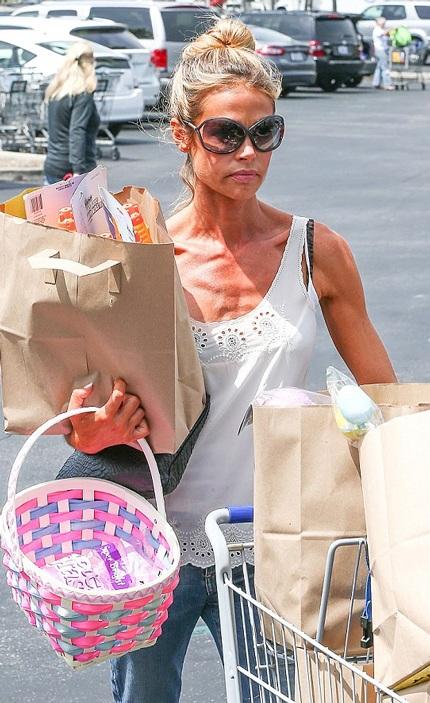 Denise Richards còn ghé vào một hiệu thuốc để mua đồ trước khi về nhà.