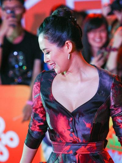 Nữ diễn viên U40 tự tin tạo dáng trên thảm đỏ