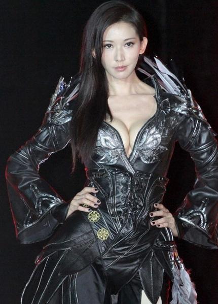 Đã 39 tuổi nhưng Lâm Chí Linh vẫn là một trong những chân dài hàng đầu xứ Đài