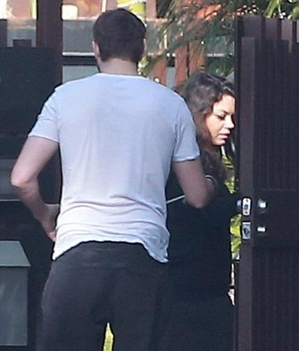 Ashton tỏ ra rất chu đáo với bà bầu Mila Kunis.