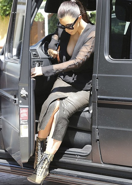 Đây thực sự không phải là một sự lựa chọn trang phục khôn ngoan với Kim siêu vòng ba.