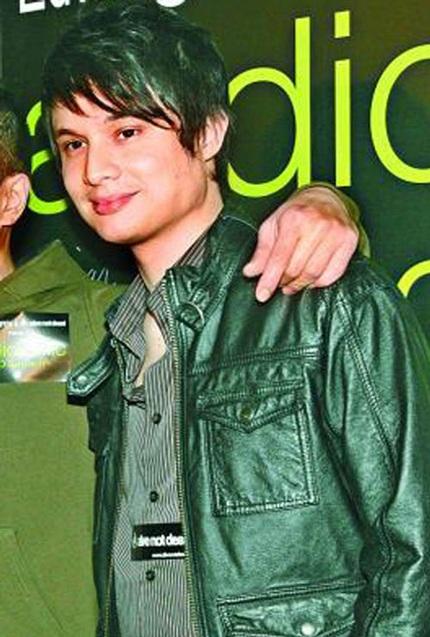 ...với bạn trai vốn là giọng ca chính của một nhóm rock kém nổi tiếng.