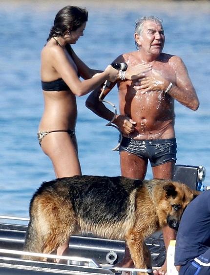 Nina luôn được bạn trai đưa đi du lịch trong thời gian ông không phải làm việc.