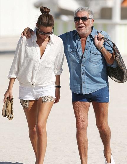 Nhà thiết kế 73 tuổi trông thật hạnh phúc bên bạn gái trẻ đẹp