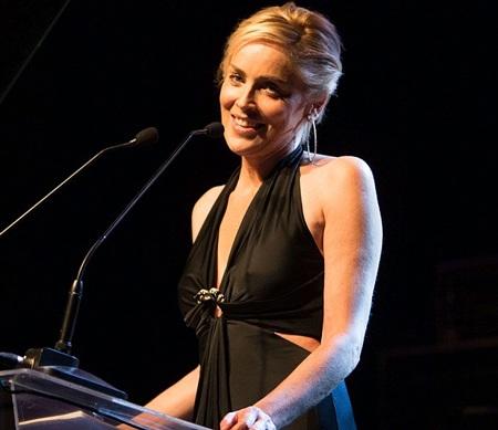 Sharon Stone tham gia gala từ thiện ở Brazil, đầu tháng 4/2014.