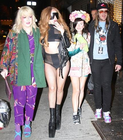 Lady  Gaga chụp hình với người hâm mộ