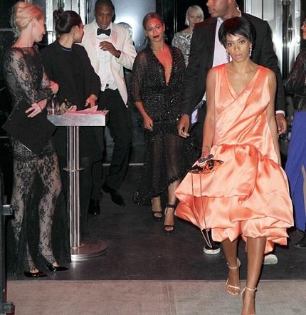 """Beyonce Knowles cố cười sau khi chồng cô bị """"ăn tát"""""""