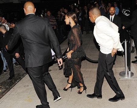 Jay Z và Beyonce cùng bước ra xe ô tô