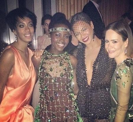 Hai chị em Beyonce chụp ảnh với bạn bè