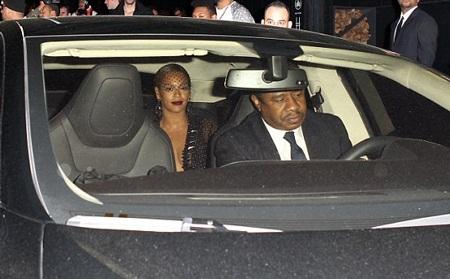 Beyonce vẫn cố dẹp bớt căng thẳng bằng nụ cười luôn túc trực trên môi