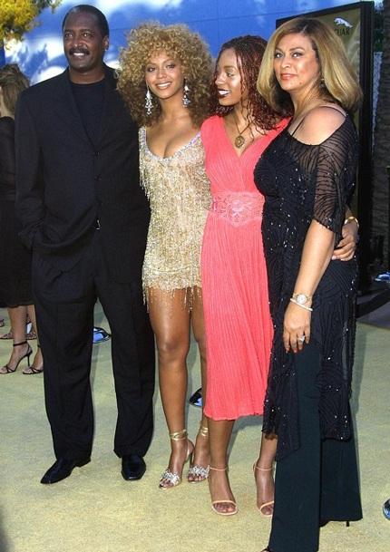 Hai chị em Beyonce và Solange chụp ảnh cùng bố mẹ.