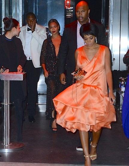 Beyonce cố gắng giữ bình tĩnh và mỉm cười sau vụ va chạm.