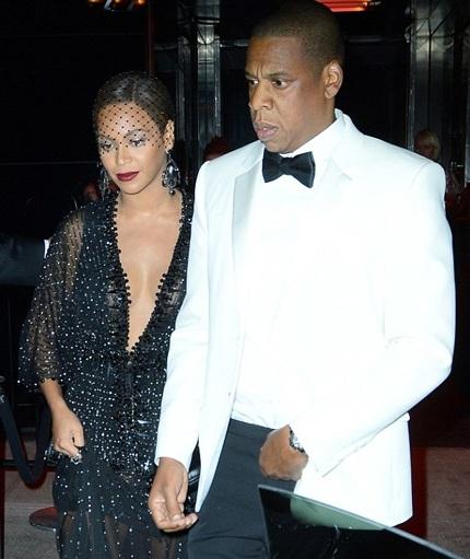 Vợ chồng Jay Z nắm tay hạnh phúc sau sự cố