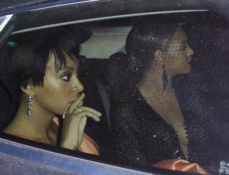 Cả ba người cùng lên xe ô tô, Solange ngồi cạnh chị gái