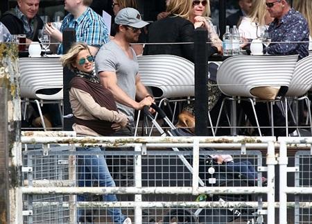 Thần sấm Chris Hemsworth hạnh phúc bên vợ con