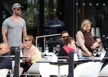 Hai vợ chồng Chris và Elsa dùng bữa cùng bạn bè.
