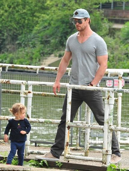Chris Hemsworth trông con gái cưng