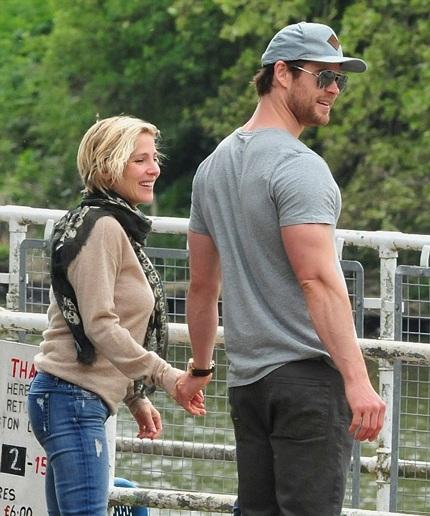 Vợ chồng Elsa và Chris nắm tay rất hạnh phúc