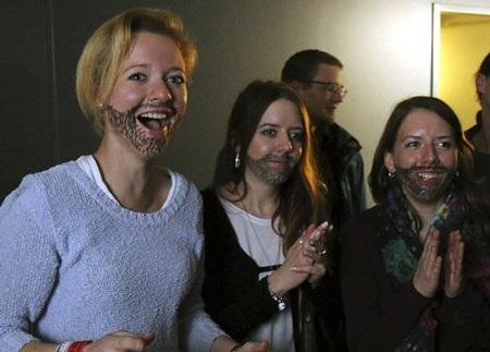 Những cổ động viên của Conchita Wurst cũng 'copy' hình ảnh của anh tại cuộc thi.